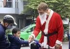 Ông Tây Noel 'cưỡi' mô tô vi vu đi phát quà ở Hà Nội