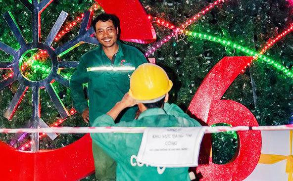 Bức ảnh 'anh công nhân đêm Noel' rung động ngàn trái tim