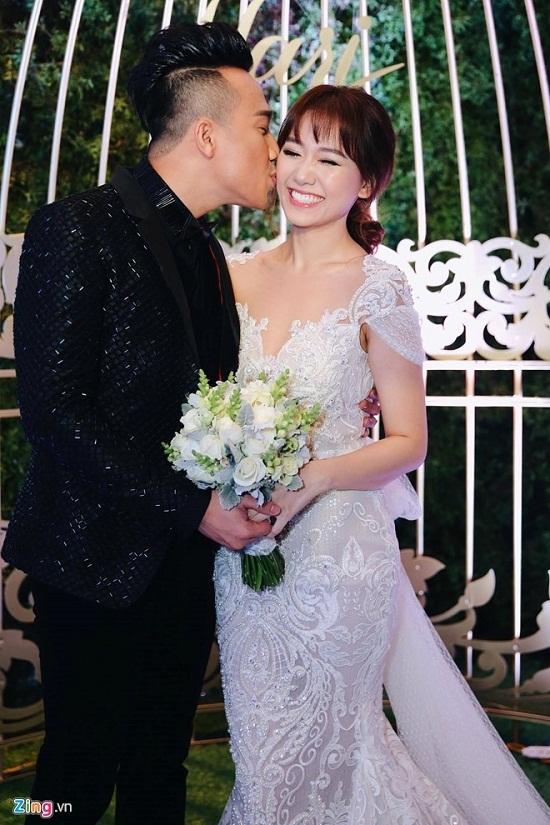 Trấn Thành trao nhẫn và hạnh phúc 'khóa môi' Hari Won