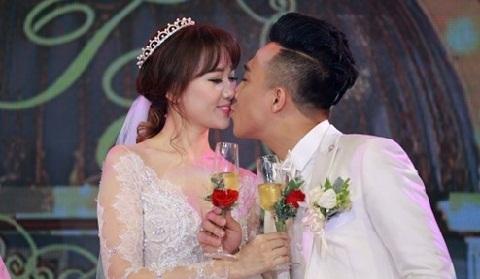 Trấn Thành 'khóa môi' Hari Won trong tiệc cưới