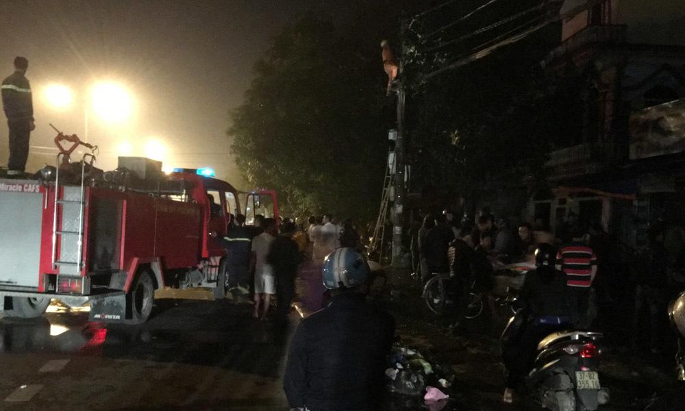 Cháy cửa hàng sửa xe sát cây xăng, nhiều người tháo chạy