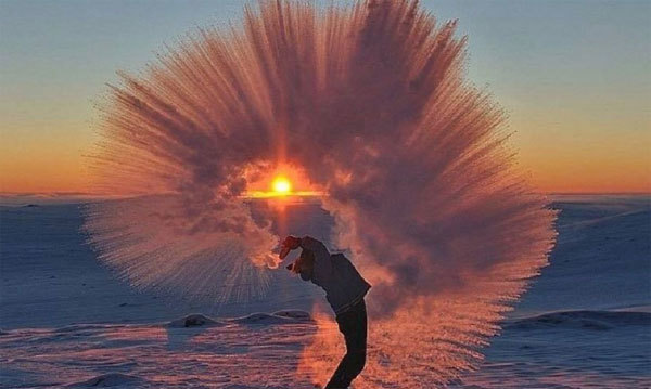 Cảnh đẹp tuyệt khi hắt nước sôi lên trời lạnh -50°C