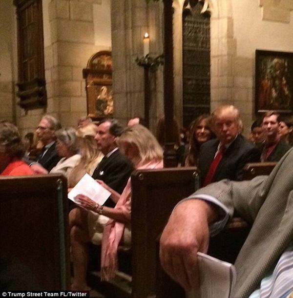 Bà Trump diện váy ngắn đi nhà thờ lễ Giáng sinh