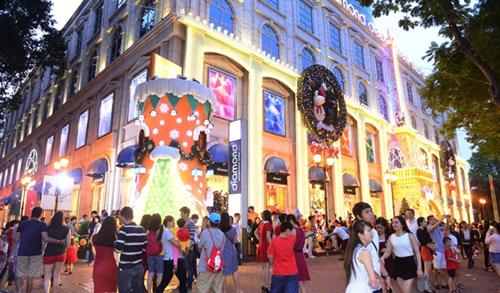 Chiếc giày Noel khổng lồ hút giới trẻ