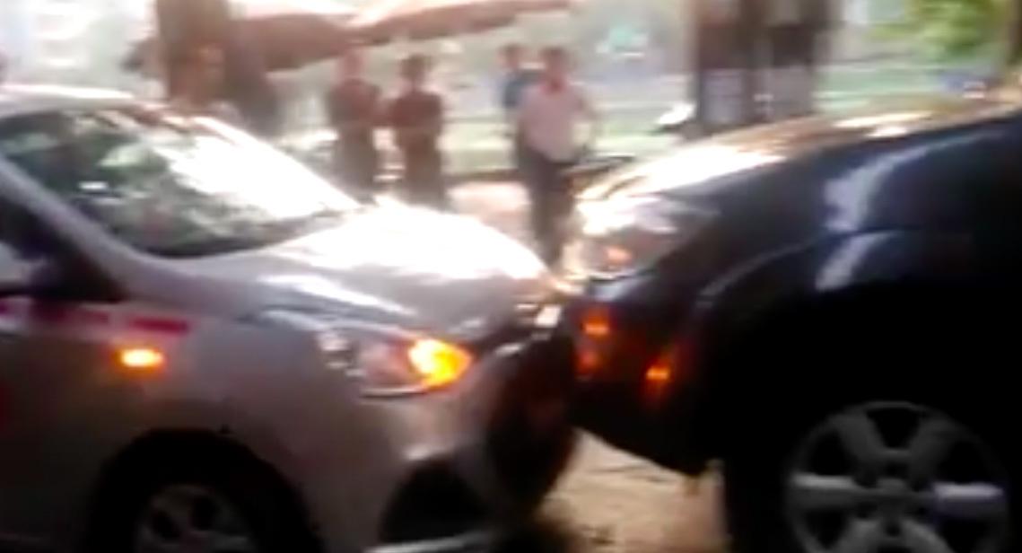 Hà Nội: Xe biển xanh đi vào đường cấm bị taxi ép lùi