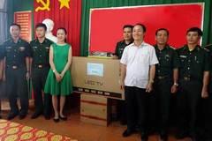 Báo VietNamNet tặng quà bộ đội Biên phòng Tây Ninh