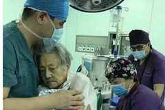 Xúc động hình ảnh bác sĩ an ủi bệnh nhân trước khi gây mê