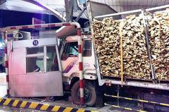 Ôtô lao thẳng vào phòng vé trạm thu phí cầu Đồng Nai