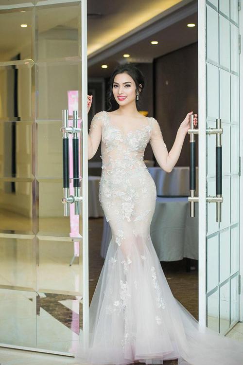 'Nữ hoàng tài năng' Huyền Sâm khoe dáng với váy xuyên thấu