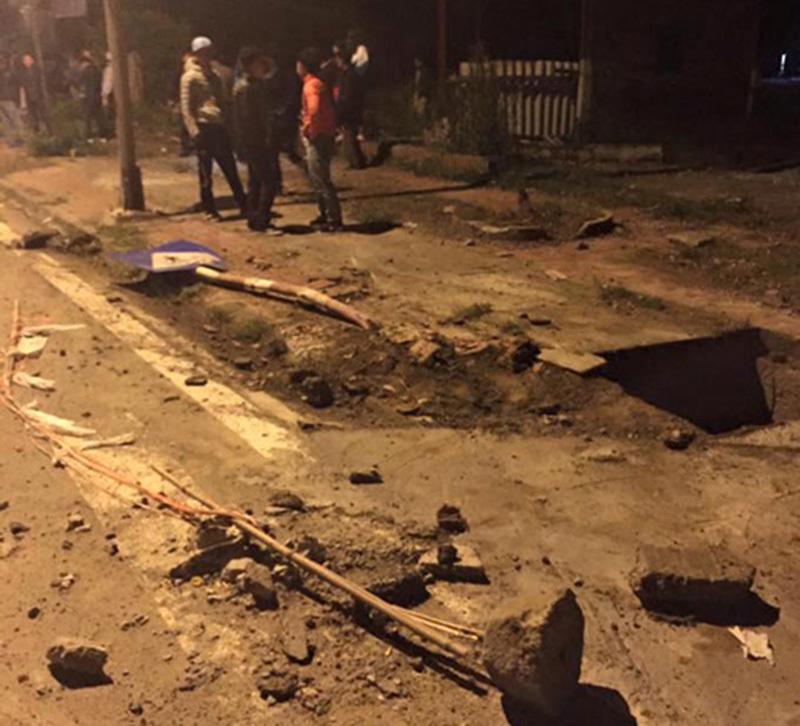 Xế hộp lộn nhiều vòng biến dạng, 4 người chết và bị thương