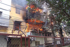 Cụ già mắc kẹt trong đám cháy ở tập thể phố Chùa Bộc