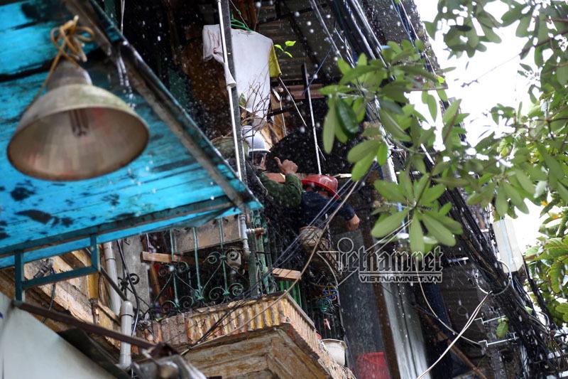 Cháy dữ dội trên phố Phùng Hưng, vội sơ tán trẻ mầm non