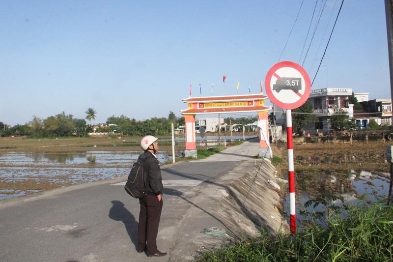 Khó hiểu biển báo, lô cốt chặn ô tô chạy đường làng