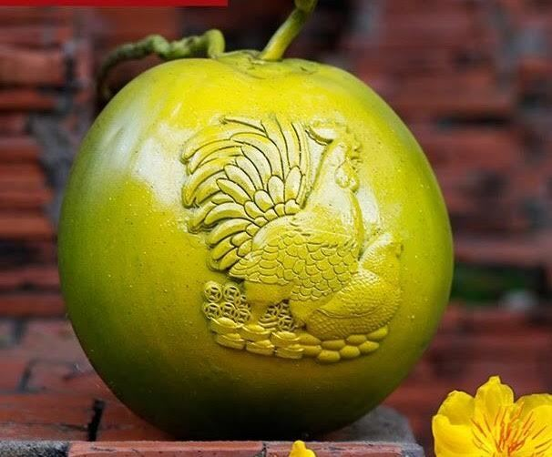 Dừa điêu khắc gà trưng Tết: Xếp hàng mua 1,2 triệu/quả
