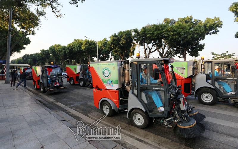 Siêu xe tiền tỷ dọn rác trên đường Hà Nội