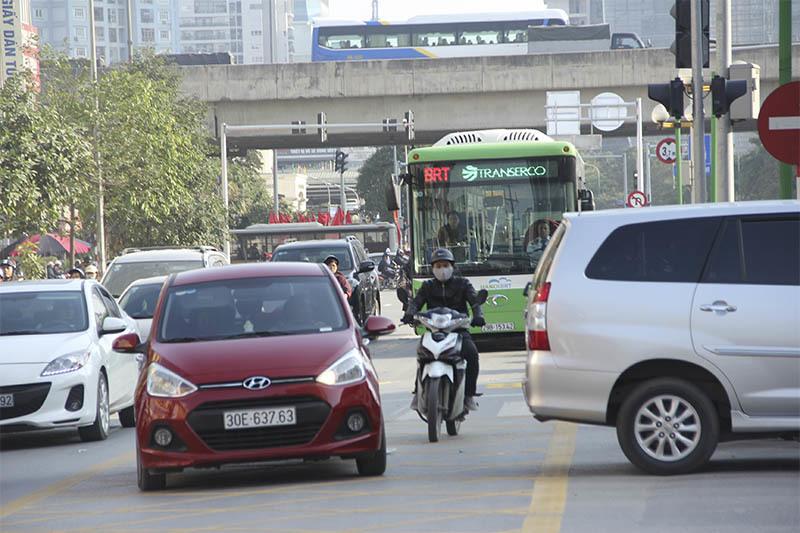 Buýt nhanh 'bò' sau ô tô vì dân chưa quen