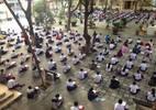 Hàng trăm học sinh ngồi bệt giữa sân trường làm bài kiểm tra học kỳ