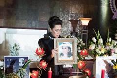 MC Kỳ Duyên ăn mặc, trang điểm giống hệt mẹ trong tang lễ