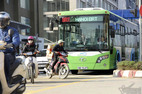 Xe máy tạt đầu, lái xe buýt nhanh khựng người