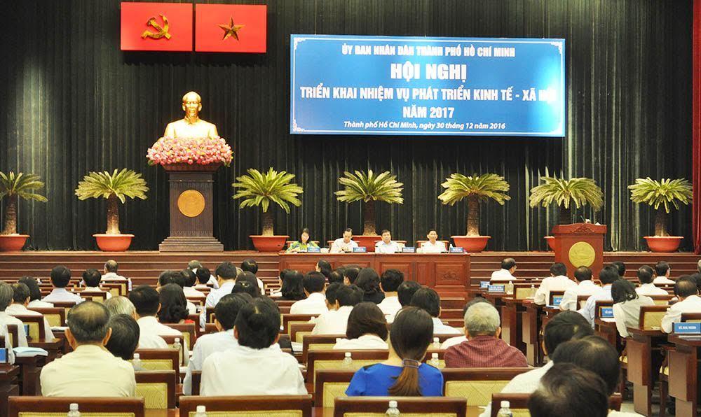 Chủ tịch TPHCM: Khẩn trương giải quyết ùn tắc Tân Sơn Nhất