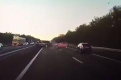 Video: Ô tô tự lái tránh tai nạn thần kỳ