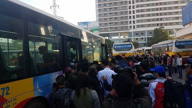 Hạ nhiệt bến Mỹ Đình: HN điều hàng chục xe buýt miễn phí