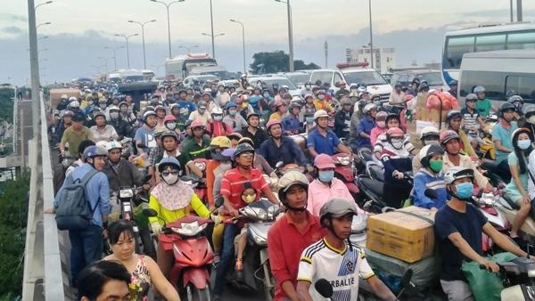 Đại lộ Võ Văn Kiệt tê liệt sau vụ tai nạn chết người