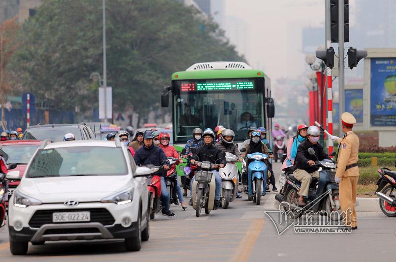 CSGT tất tả phân làn cho buýt nhanh ngày cuối năm