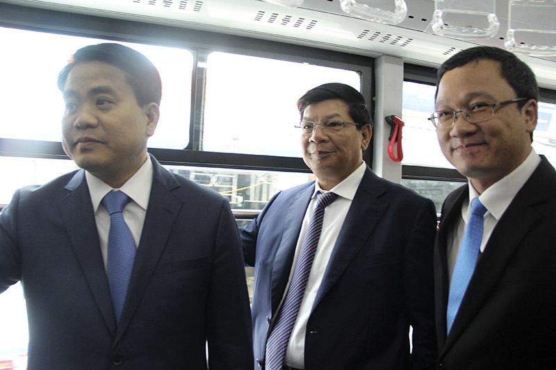 'Bắt lỗi' buýt nhanh ngày đầu chạy chính thức trên đường HN