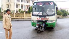 Xe buýt mất lái đâm dải phân cách, 9 người bị thương
