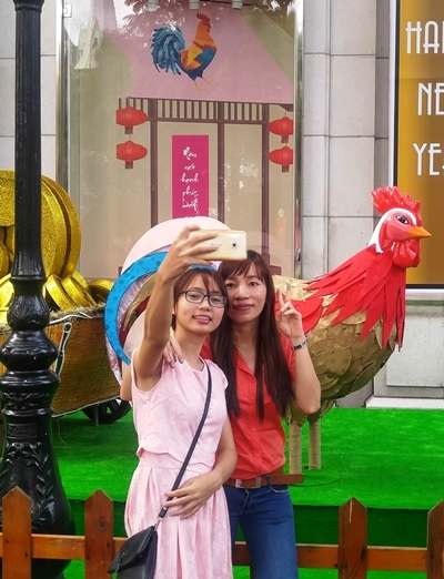 Người Sài Gòn chen chân xuống đường chào năm mới 2017