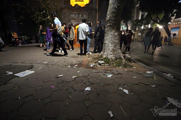 'Hậu' đón năm mới, phố đi bộ ngập rác