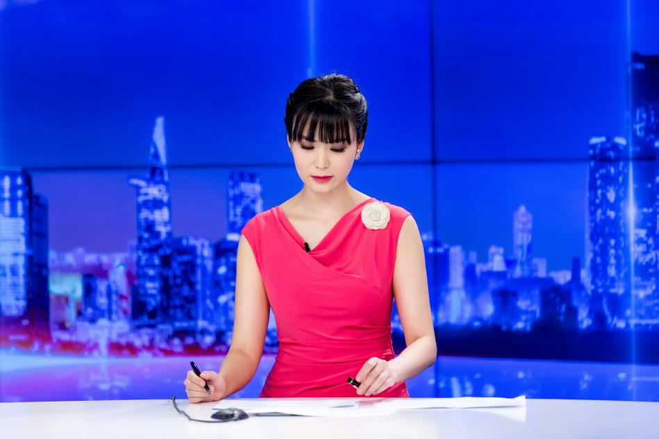 Hoa hậu Thu Thuỷ rạng rỡ làm MC thời sự