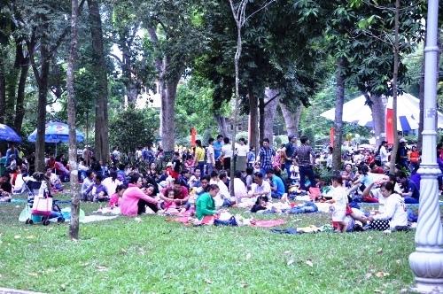 Ngày đầu năm 2017, khu vui chơi Sài Gòn chật cứng người