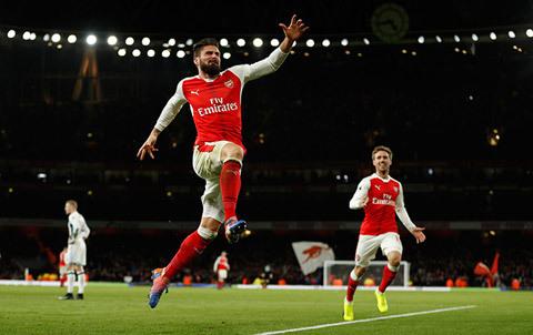 Giroud tỏa sáng, Arsenal thắng nghẹt thở