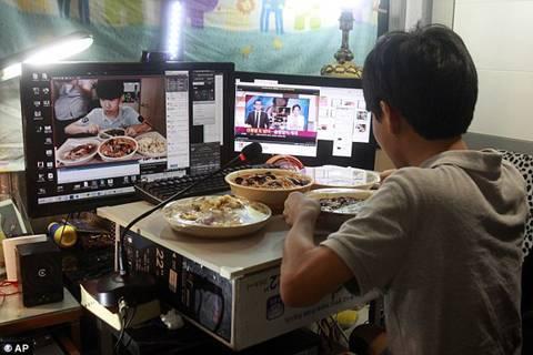 Ngồi ăn trước màn hình máy tính và cười nói kiếm 29 triệu mỗi tối