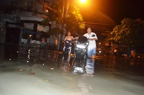 Cống ngăn triều bung nắp, dân Sài Gòn trắng đêm 'chạy lũ'