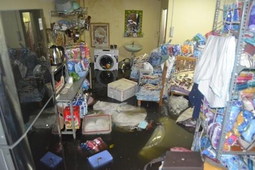 Dân 2 phường ở Sài Gòn khốn khổ vì nửa đêm tát nước, chống ngập