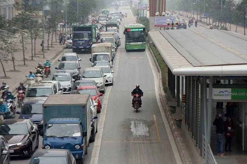 Ô tô, xe máy vẫn hồn nhiên ngáng đường buýt nhanh