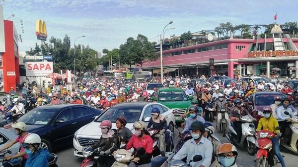 Ngày làm việc đầu năm, đường phố Sài Gòn kẹt cứng