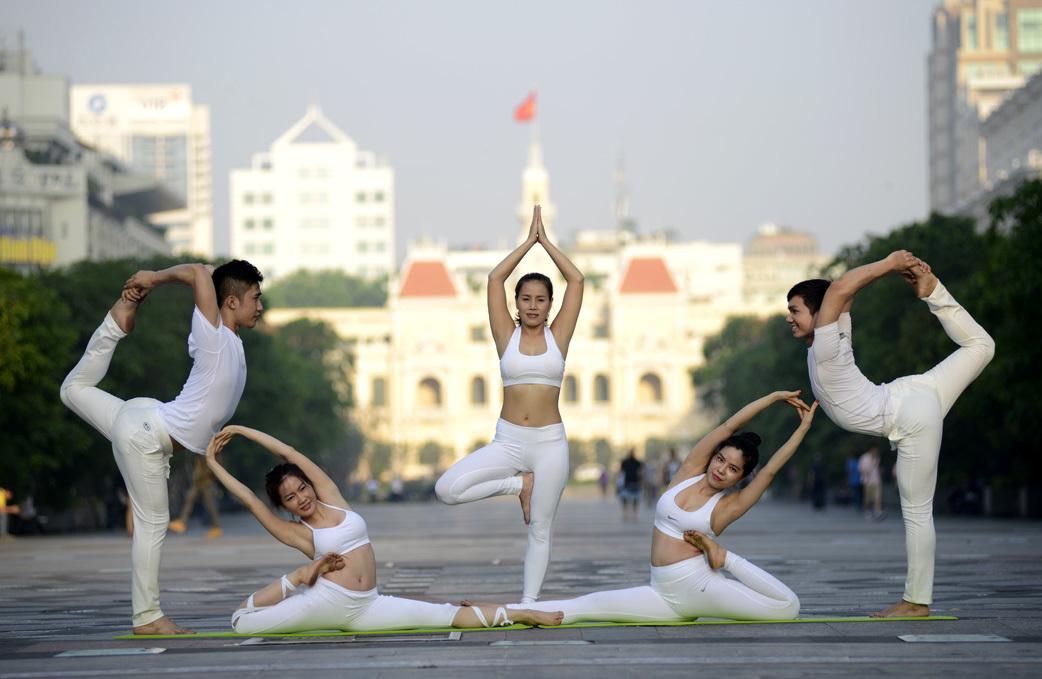 Mãn nhãn với các tư thế Yoga 'đỉnh cao' trong nắng sớm Sài Gòn