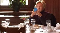 Hillary ngồi cô độc tại bàn ăn