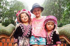 Mẹ đưa con gái 5 tuổi đi du lịch khắp thế giới