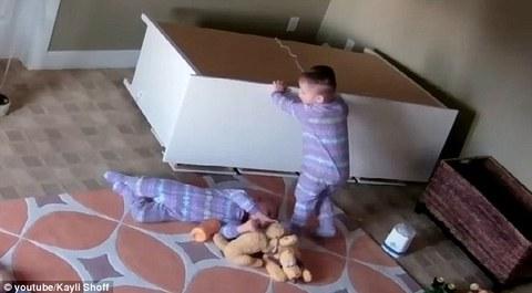 Bé 2 tuổi cứu em song sinh bị đè dưới tủ quần áo