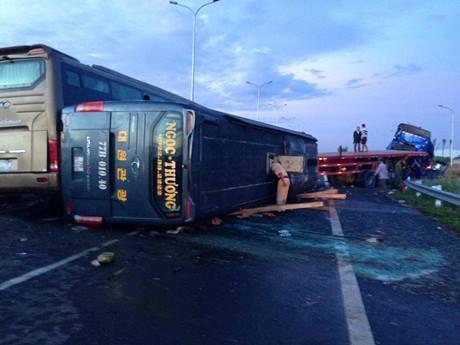 Cao tốc Long Thành- Dầu Giây, tai nạn liên hoàn, lật xe khách, 5 người bị thương nặng