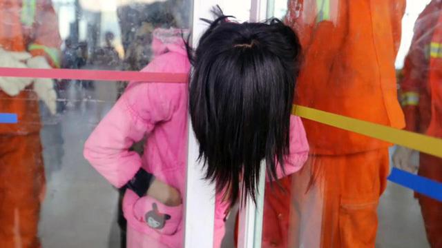 Bé gái Trung Quốc kẹt cứng đầu trong khe hẹp giữa 2 cửa kính