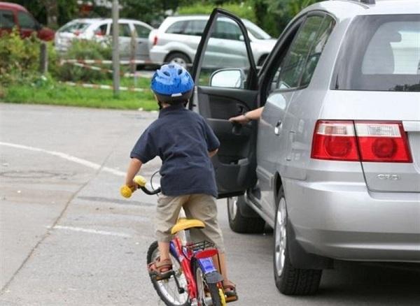 mở cửa xe ô tô, kinh nghiệm lái, tài xế, lái xe, lưu ý khi lái xe, xe o to, xe ô tô, tai nạn,