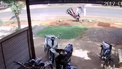 Vượt ẩu với tốc độ cao, nam thanh niên thắng gấp bay khỏi xe máy