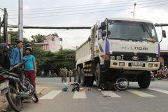 Dùng kích cứu 2 phụ nữ la hét dưới bánh xe ben