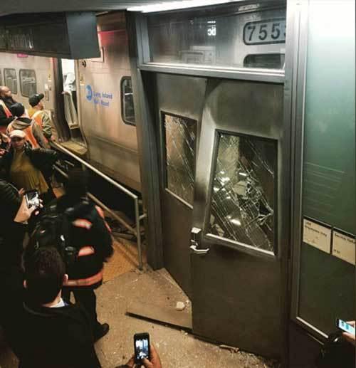 Tàu hỏa trật bánh ở New York, 76 người bị thương